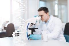 Messo a fuoco sul lavoro di rappresentazione della foto del modello del DNA in laboratorio Fotografia Stock