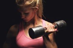 Messo a fuoco sul mio addestramento del peso di forma fisica Fotografia Stock