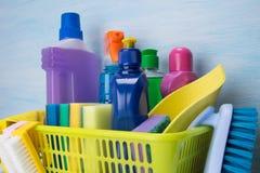 Messo per gli scopi di pulizia, spazzole, panni, erogatori delle bottiglie, scatola ambrata, su fondo leggero fotografia stock libera da diritti