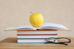 Messwert Bücher, Gläser und Apple Stockbild