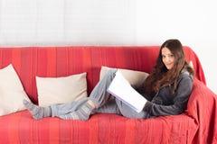 Messwert der jungen Frau auf einem Sofa Lizenzfreie Stockbilder