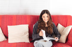 Messwert der jungen Frau auf einem Sofa Stockfoto