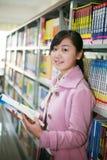 Messwert der jungen Frau in der Bibliothek Stockbild