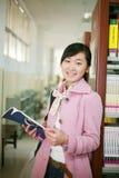 Messwert der jungen Frau in der Bibliothek Lizenzfreies Stockbild