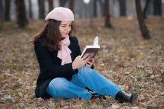Messwert der jungen Frau draußen stockfotos