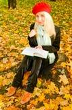 Messwert der jungen Frau im Park Lizenzfreie Stockfotografie
