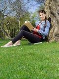 Messwert der jungen Frau im Park Stockbild