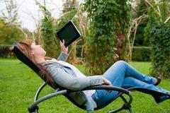 Messwert der jungen Frau im Tablette-PC Stockbild