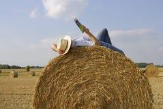 Messwert des jungen Mannes auf einem Strohballen Lizenzfreie Stockfotografie