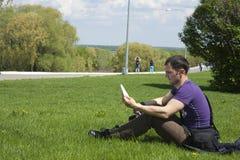 Messwert des jungen Mannes im Park Stockbilder