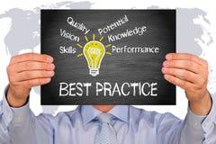 Mest bra övning - hållande tecken för chef med den ljusa kulan och text Royaltyfria Bilder