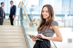 Mest bra arbetare! Kvinnaaffärsmannen står på trappan royaltyfria foton