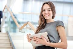 Mest bra arbetare! Kvinnaaffärsmannen står på trappan som ser t Fotografering för Bildbyråer