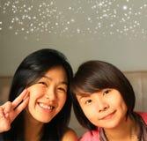 Mest bra asiatiska kvinnliga vänner royaltyfria bilder