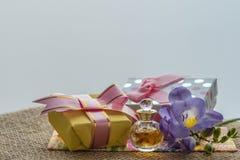 Mest bra hälsningar för de älskade kvinnablommorna och en souvenir eller en överraskning Royaltyfria Bilder