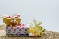 Mest bra hälsningar för de älskade kvinnablommorna och en souvenir eller en överraskning Arkivbilder
