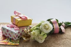 Mest bra hälsningar för de älskade kvinnablommorna och gåvaöverraskningen Royaltyfria Foton