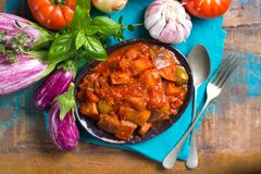 Mest bra italiensk mat - sicilian caponata med aubergine, tomater, arkivfoto