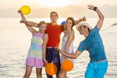 Mest bra kompisar som tycker om på strandsidan Royaltyfri Bild