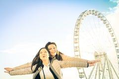 Mest bra kvinnliga vänner som tillsammans tycker om tid utomhus på Luna Park Arkivbild