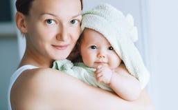 Mest gullig behandla som ett barn efter bad med handduken på huvudet royaltyfria bilder