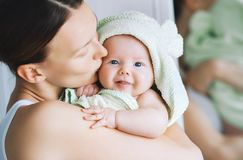 Mest gullig behandla som ett barn efter bad med handduken på huvudet royaltyfria foton