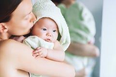 Mest gullig behandla som ett barn efter bad med handduken på huvudet royaltyfri bild