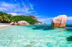 Mest härlig tropisk strand - Anse källa som är d'argent i Ladigue royaltyfria foton
