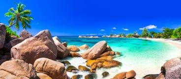Mest härlig tropiska stränder - Seychellerna, Praslin ö royaltyfria bilder