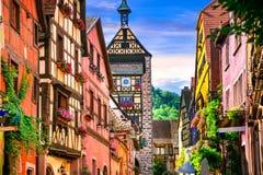 Mest härliga byar av Frankrike - Riquewihr i Alsace berömdt Arkivfoto