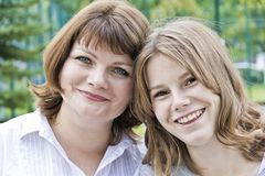 Mest lycklig moder och dotter fjorton gamla år arkivfoton