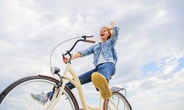 Mest satisfying form av självtrans. Att cykla ger dig mening av frihet och självständighet Flickarittcykel arkivfoton