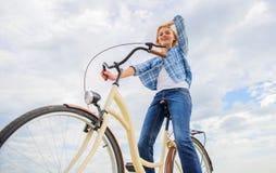 Mest satisfying form av självtrans. Att cykla ger dig mening av frihet och självständighet Flickarittcykel arkivbild