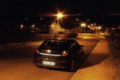 2016-02-26 mest stad, Tjeckien - svart bil som parkeras i en tom gata Arkivbilder