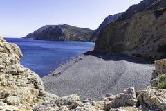 Mestadels lokalt folk som använder en annan sida av den Mavra Volia stranden royaltyfri foto