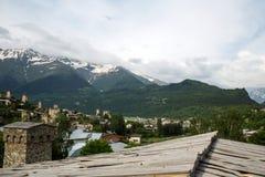 Mesti by i Kaukasus berg av Georgia Arkivbilder