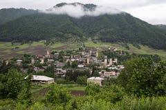 Mesti by i Kaukasus berg av Georgia Fotografering för Bildbyråer