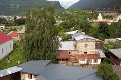 Mesti by i Kaukasus berg av Georgia Royaltyfri Foto