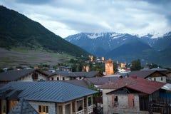 Mesti by i Kaukasus berg av Georgia Arkivfoto