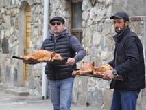 MESTIA GRUZJA, KWIECIEŃ, - 18: Dwa Gruzińskiego mężczyzna trzyma tace obraz stock