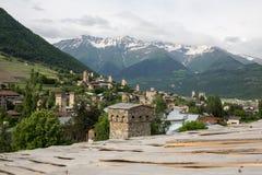 Mestia by i Kaukasus berg av Georgia Royaltyfri Bild