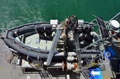 Mestiere attaccante di gomma di combattimento su una nave da guerra Fotografia Stock