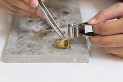 Mestiere della mano dell'anello di oro sulla pietra Fotografie Stock Libere da Diritti