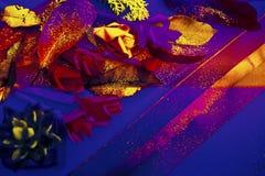 Mestiere di carta fatto a mano Fondo lussuoso dell'oro & blu dell'ombra Carta da parati accogliente, operata & ricca di tema di c fotografia stock