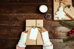 Mestiere e contenitori di regalo attuali fatti a mano del Natale sul fondo di legno della tavola Fotografie Stock