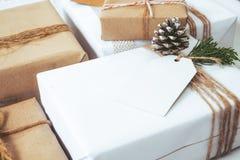 Mestiere e contenitori di regalo fatti a mano del regalo di Natale con l'etichetta Immagini Stock Libere da Diritti