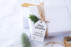 Mestiere e contenitori di regalo fatti a mano del regalo di Natale con l'etichetta Fotografia Stock