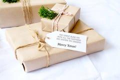 Mestiere e contenitori di regalo fatti a mano del regalo di Natale con l'etichetta Fotografie Stock Libere da Diritti
