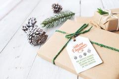 Mestiere e contenitori di regalo fatti a mano del regalo di Natale con l'etichetta Immagine Stock