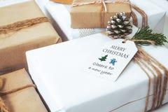 Mestiere e contenitori di regalo fatti a mano del regalo di Natale con l'etichetta Fotografia Stock Libera da Diritti